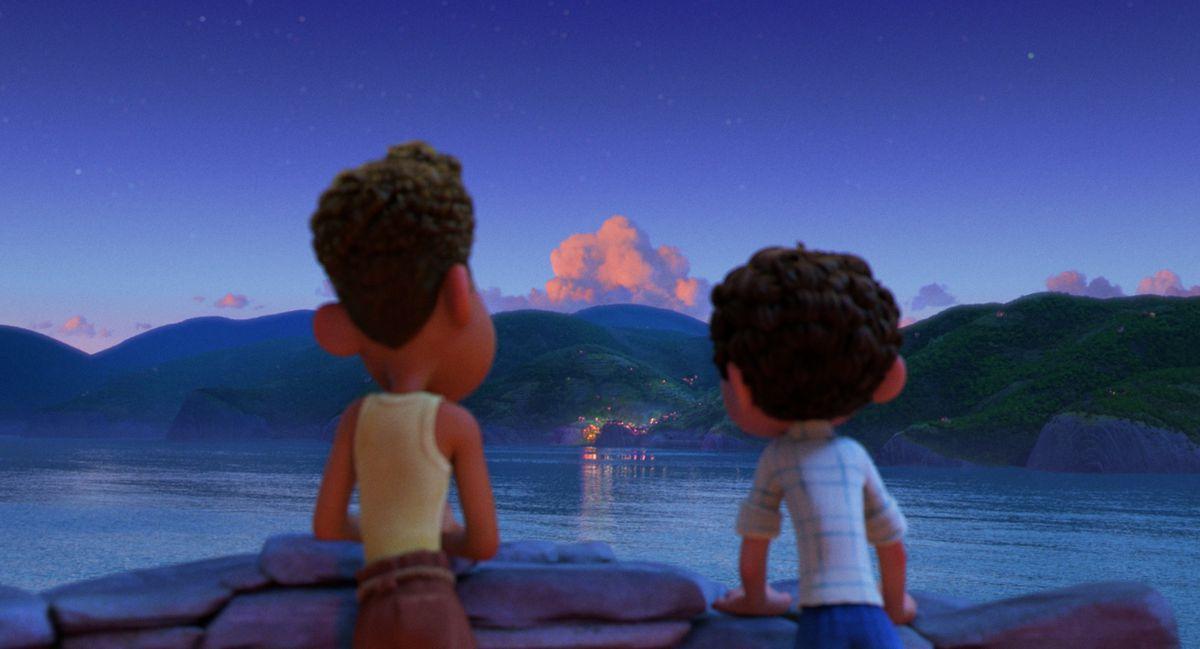 Luca y Alberto mirando una ciudad al atardecer