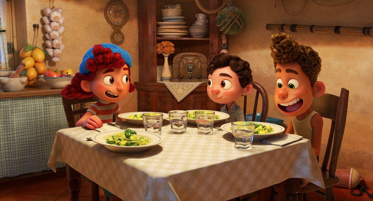 giulia, luca y alberto comiendo pasta