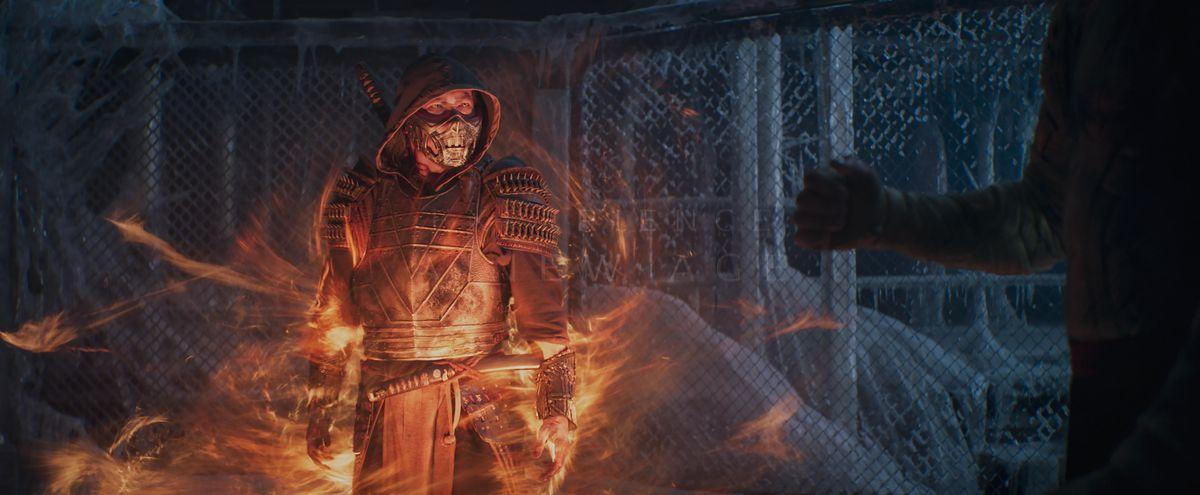 Scorpion (Hiroyuki Sanada) aparece en un vórtice de llamas en una imagen de Mortal Kombat (2021)