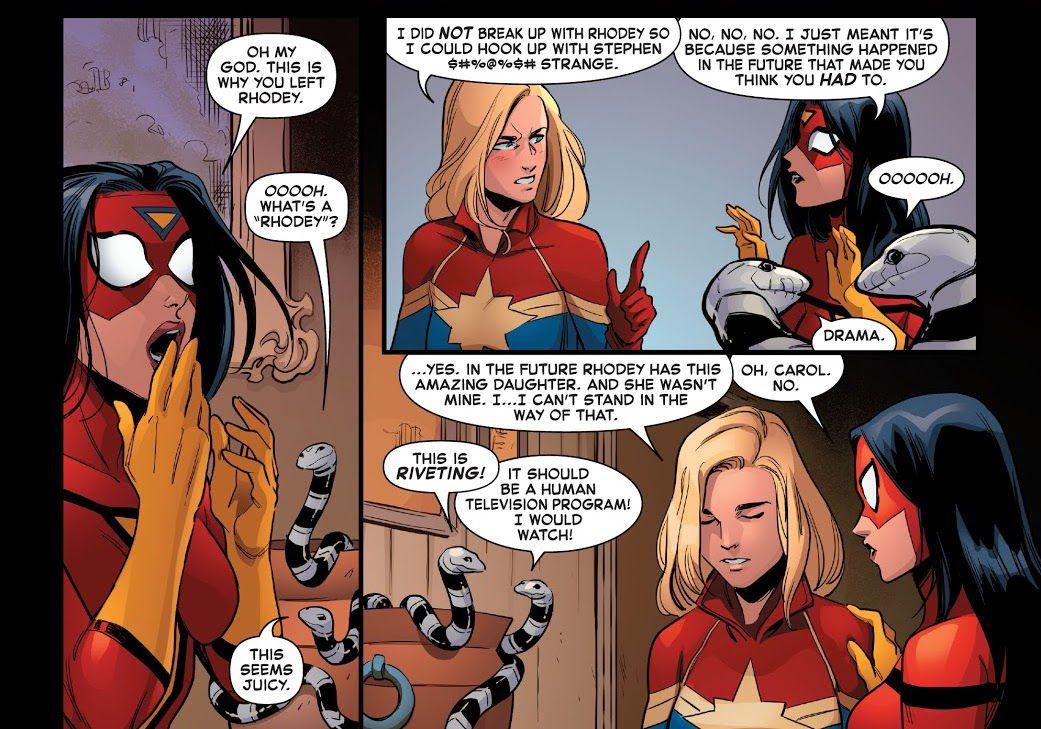 Sorprendentemente, Spider-Woman se da cuenta de por qué el Capitán América rompió con su novio Rhodey / War Machine, mientras Carol explica que fue debido a la visión de un futuro en el que Rhodey tuvo un súper niño con otra persona.  Dos serpientes con rayas blancas y negras en un frasco miran el drama con alegría, charlando entre sí en Captain Marvel # 28, Marvel Comics (2021).