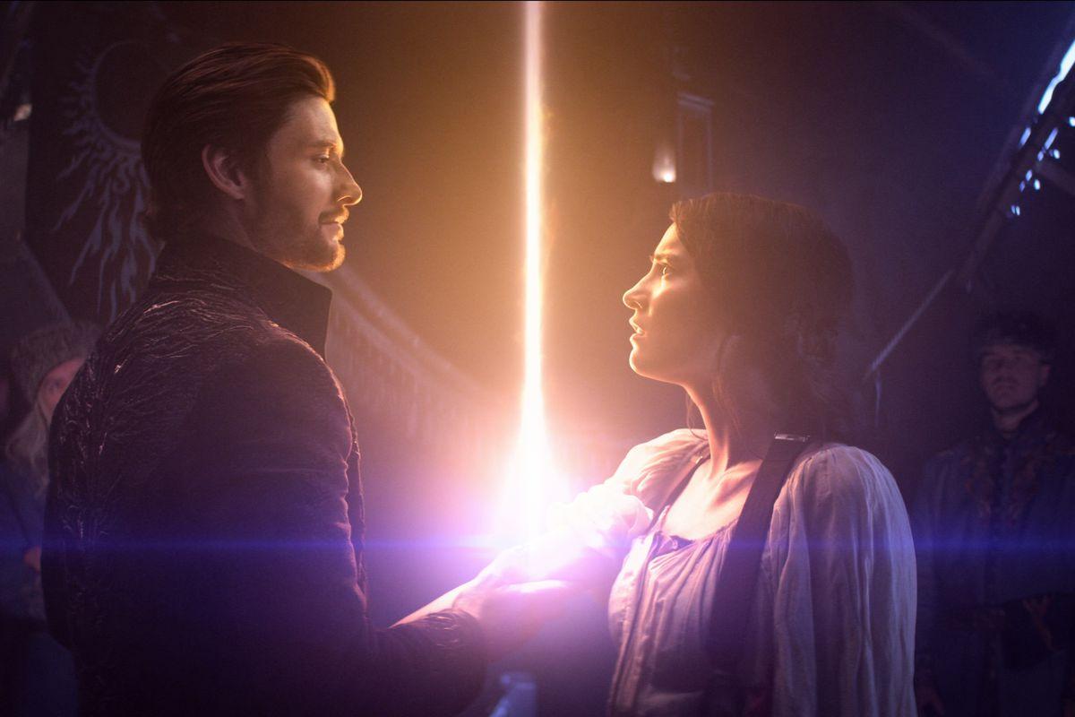 Kirigan y Alina se miran, mientras Kirigan perfora su brazo y emerge un destello de luz pura.