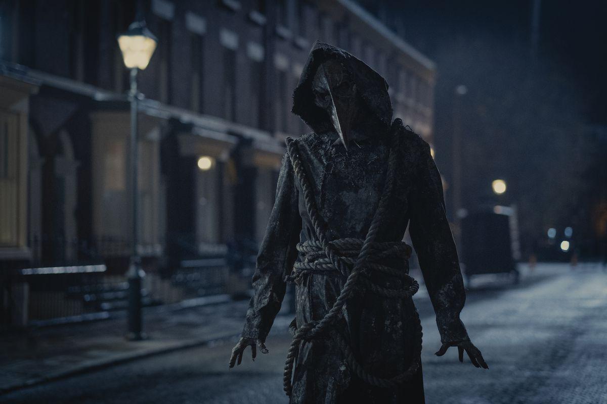 Ghostly Plague Doctor acecha las calles de Londres por la noche en The Irregulars