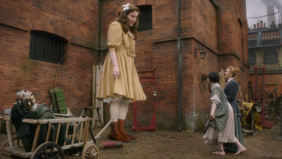 Primrose, una niña de 3 metros de altura, se eleva sobre sus amigos en Nevers.
