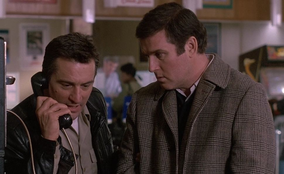 Jack Walsh (Robert De Niro) answers the phone while handcuffed to Jonathan Mardukas (Charles Grodin) in Midnight Run