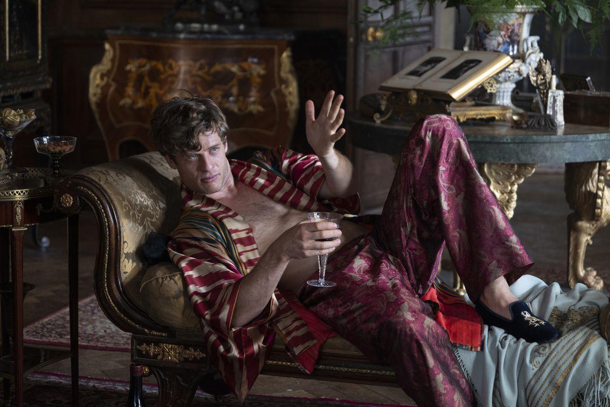 James Norton como Hugh disfrutando de las sedas en The Nevers.