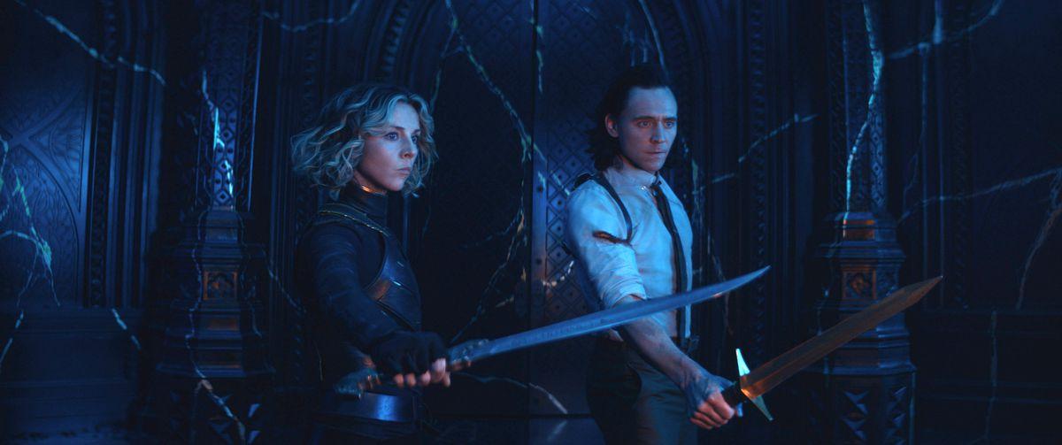 Sylvie (Sophia Di Martino) y Loki (Tom Hiddleston) en The Citadel sosteniendo espadas en Loki temporada 1