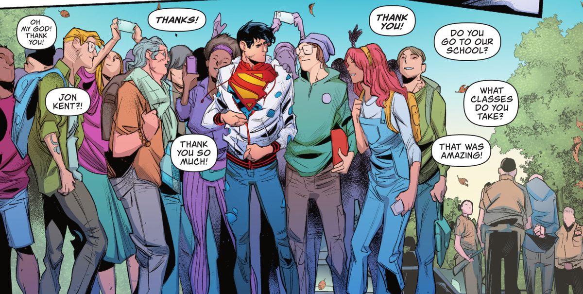 Jon Kent ajusta su rompevientos acribillado a balas: su disfraz de Superman es claramente visible, mientras los adolescentes lo rodean, llamándolo por su nombre y agradeciéndole en Superman: Son of Kal-El # 2 (2021).