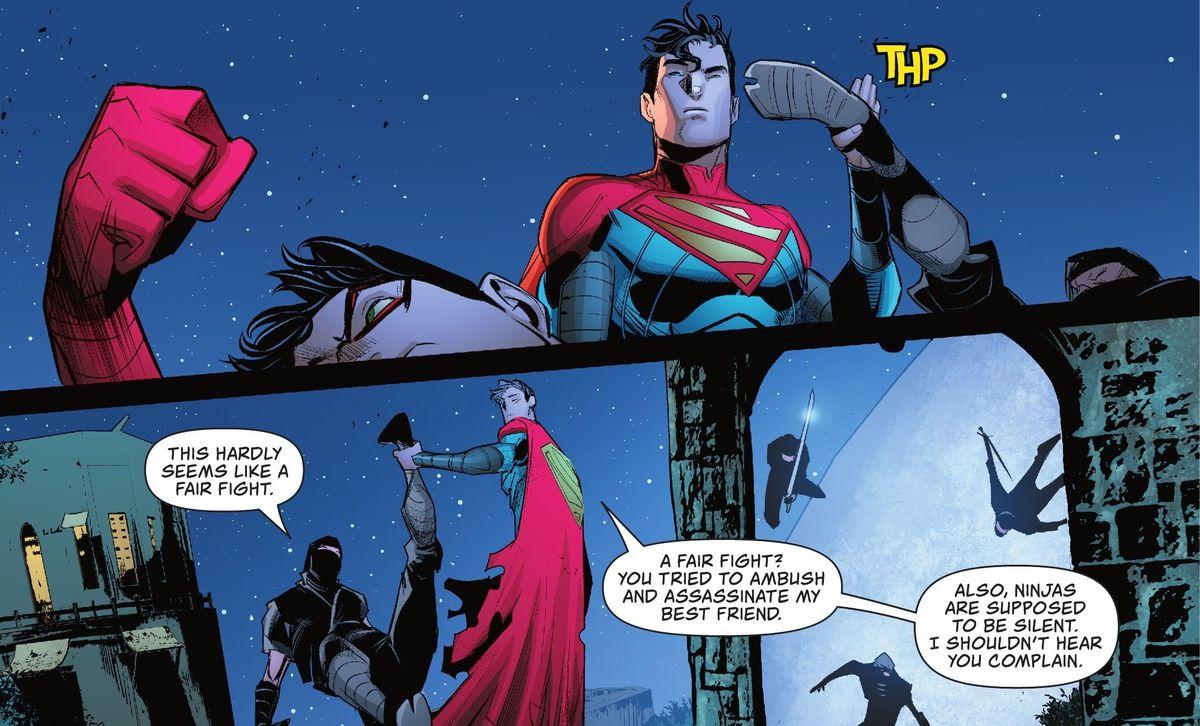 Jon Kent / Superman agarra fácilmente la patada del ninja atacante y lo sostiene en el aire por el tobillo.