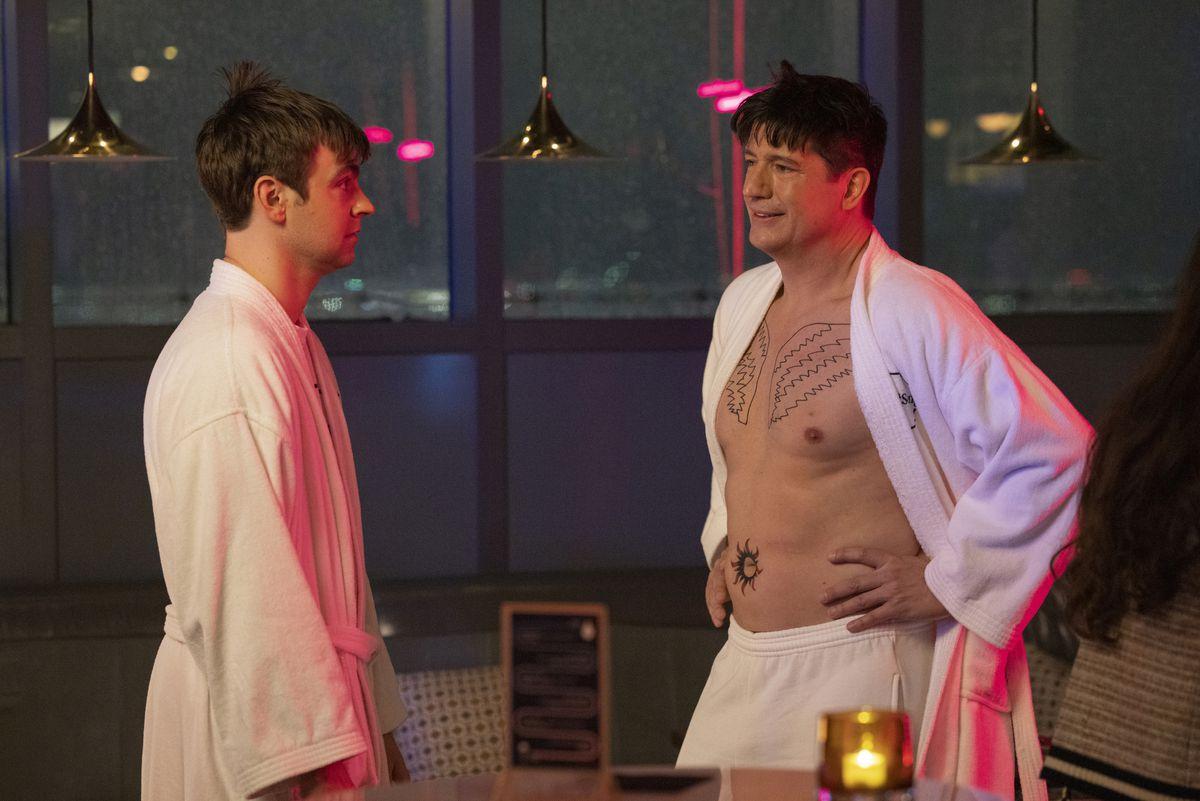 Streeter Peters revela que tiene nuevos tatuajes de alas de ángel en el pecho para sorprender a Cary Dubak en la comedia de HBO Max The Other Two.