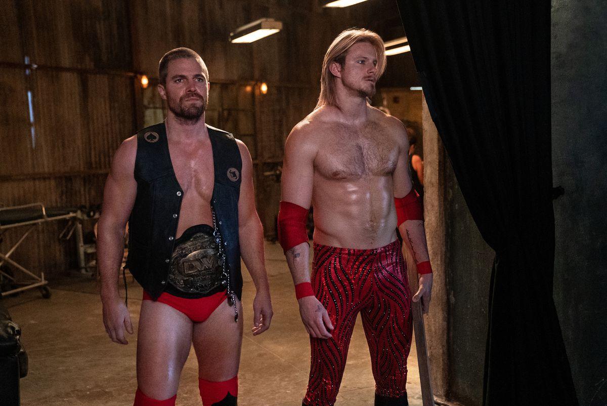 Ace Spade (Alexander Ludwig), Jack Spade (Stephen Amell) esperando un partido en tacones