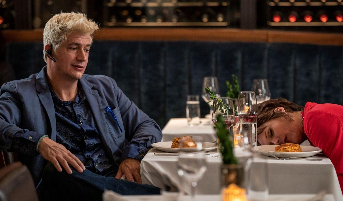 El gerente Streeter Peters asiste a la cena con un cabello alarmantemente rubio, la mamá Pat Dubak se desmaya junto a sus espaguetis en la comedia de HBO Max The Other Two.