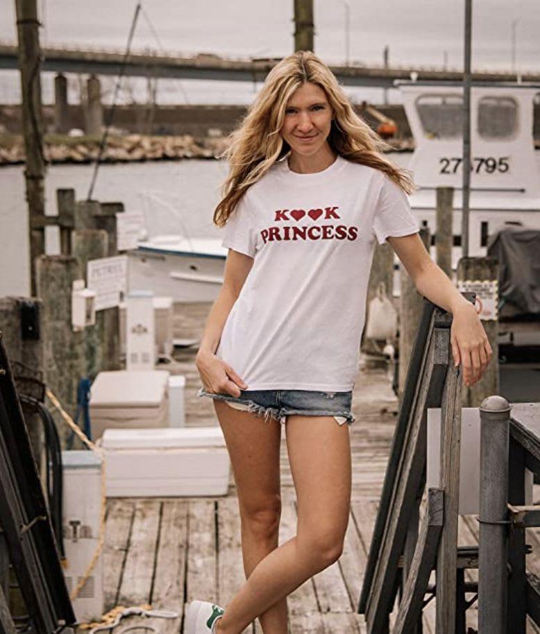 """Descubrir """"Princesa Kook"""" camiseta de la colección Volcom x Outer Banks en Amazon."""