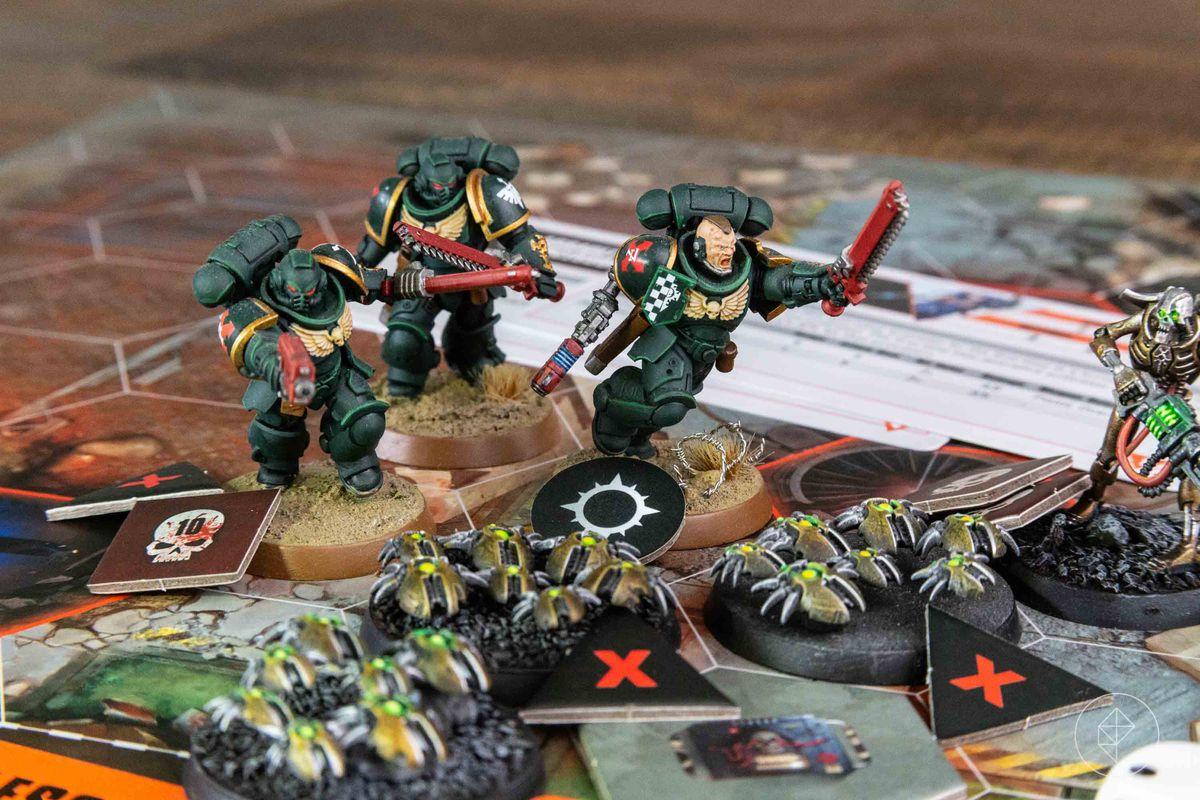 Los Marines Espaciales atacan a un enjambre de escarabajos necrones.