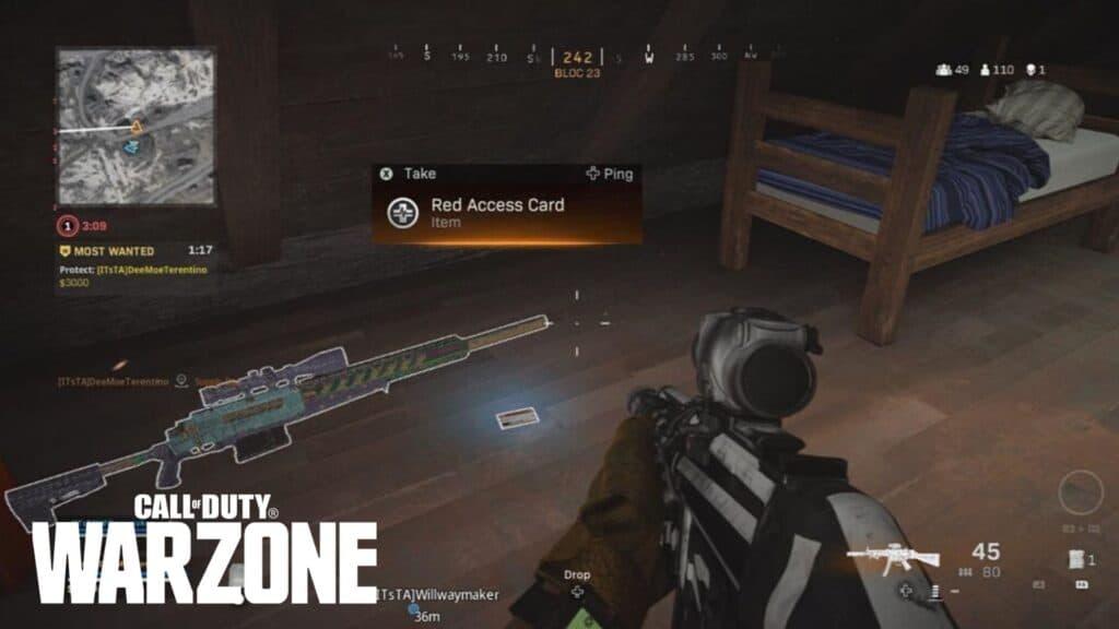 Jugador mirando una tarjeta de acceso roja en Warzone.